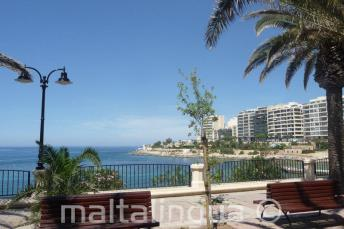 Exiles Bay promenade in Sliema is a 5 minute walk from the school.